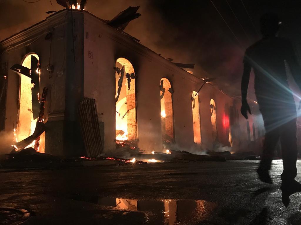 Cap-Haitien : Un bloc logeant trois institutions publiques sous les flammes d'un puissant incendie