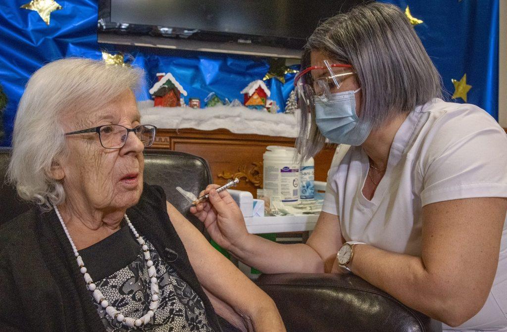 Canada: Qui sont les deux  premières personnes vaccinées contre la Covid-19?