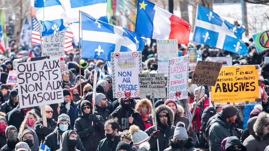 Des centaines de personnes, en majorité sans masques, manifestent à Montréal contre les mesures sanitaires